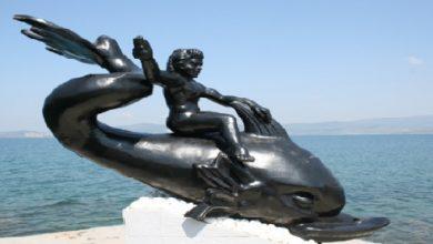 """Photo of Ege Efsanelerinden; """"Yunus Balığı Sırtındaki Çocuk Efsanesi"""""""